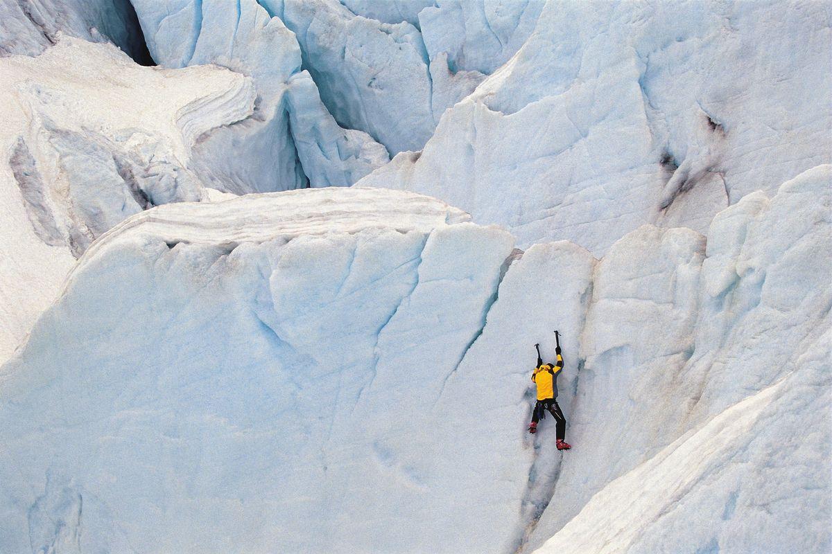 Un homme qui fait de l'alpinisme