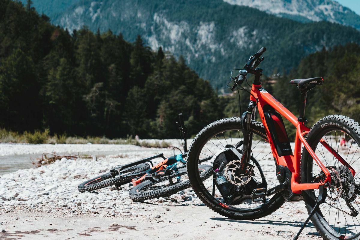 Randonnée VTT pendant les vacances à la montagne en été