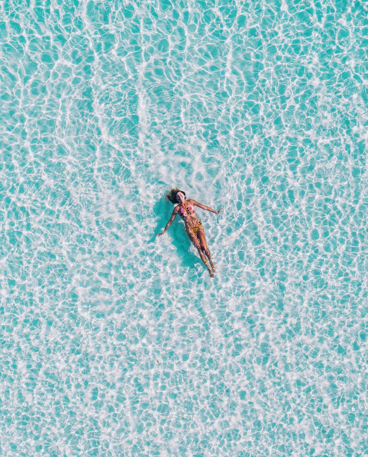 Femme se baignant dans la mer durant ses vacances