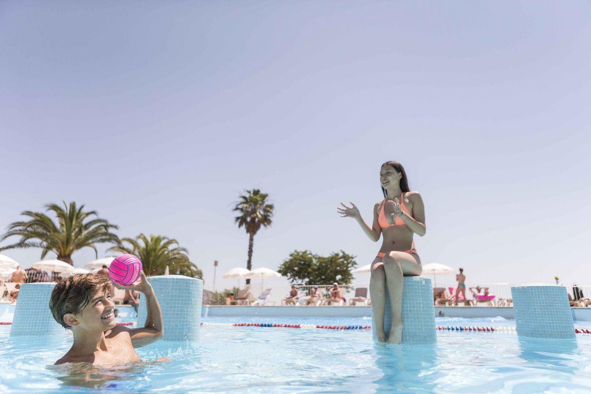 Ados dans la piscine pendant les vacances d'été