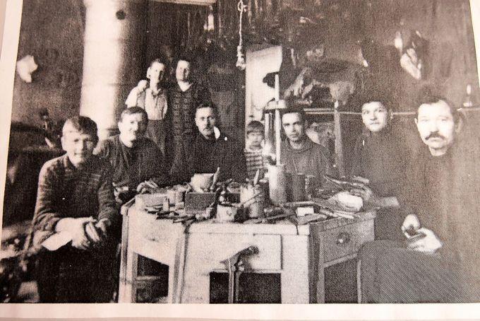 Kenkäliike V. Valon suutareita vuodelta 1925. Keskellä istumassa Vilho Valo.