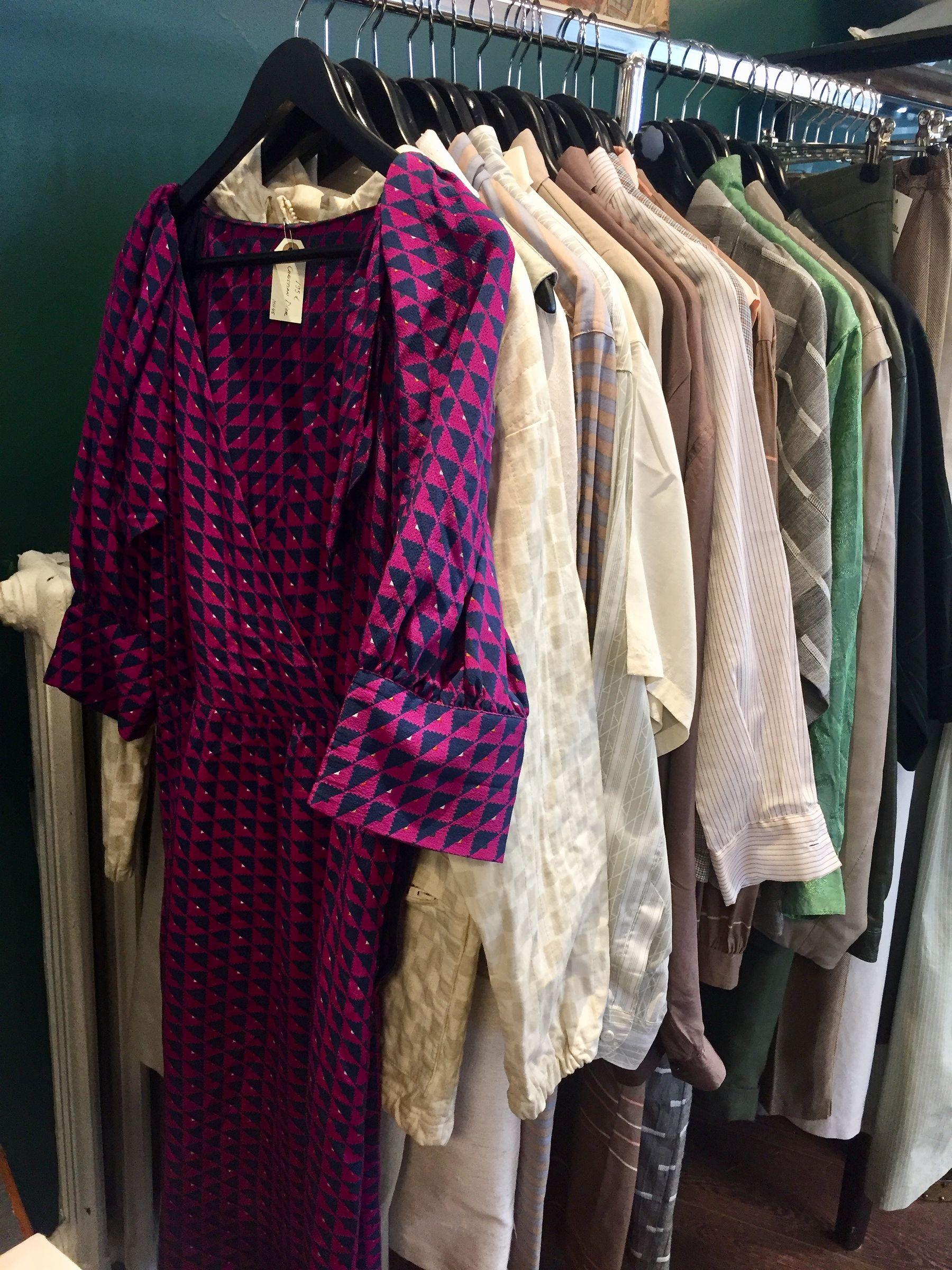 Ostamme ja myymme naisten vintage-vaatteita