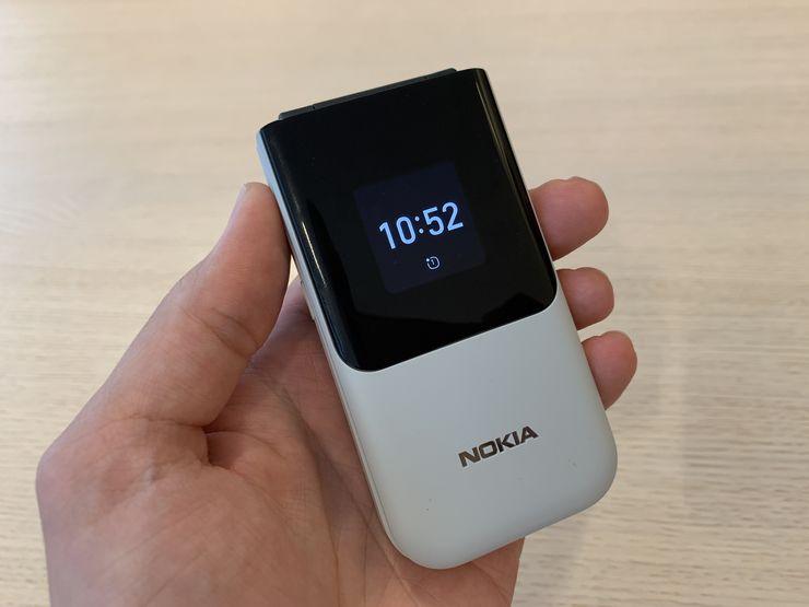 Kansinäytössä Nokia 2720 Flipissä näkyy muun muassa kellonaika ja puhelimen soidessa soittajan tiedot.
