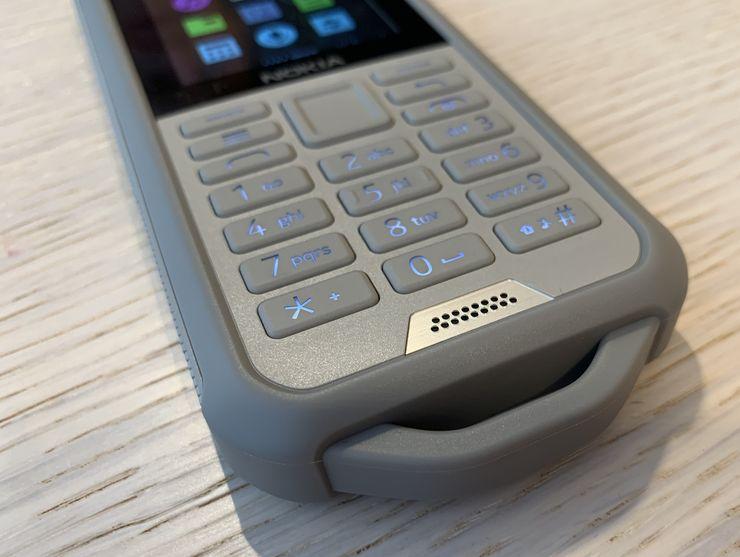 Nokia 800 Toughin alareunassa on vankka pidike, jonka läpi voi sujauttaa esimerkiksi kantohihnan.