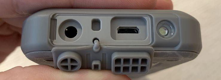 Micro-USB- ja 3,5 mm -liitännät ovat suojassa luukkujen takana Nokia 800 Toughin yläreunassa.