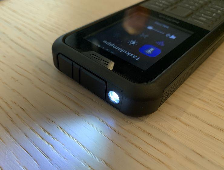 LED-taskulamppu kuuluu Nokia 800 Toughin varustukseen.