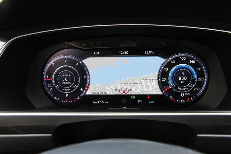 Kuljettajan on tosi helppo seurata päänäyttöjen väliin jäävää kolmiulotteista karttanäkymää.