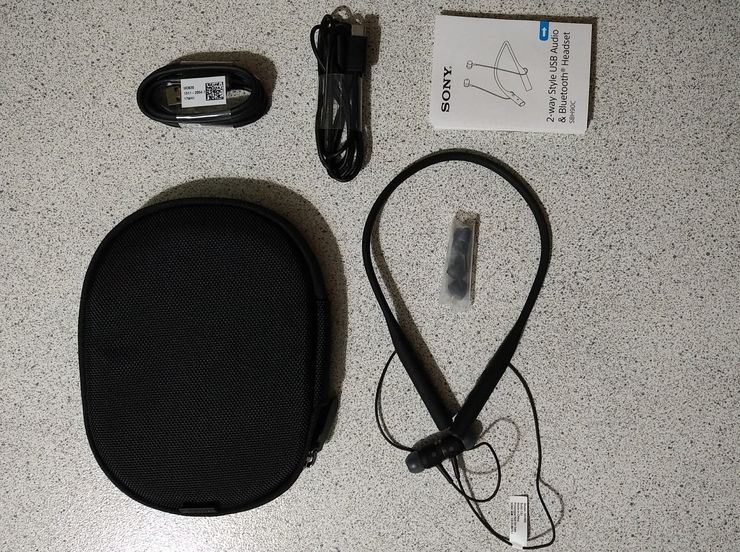 Myyntipakkauksessa toimitetaan kuulokkeiden lisäksi myös kantokassi, eri kokoisia kuulokepäitä sekä USB-S- ja USB-C-tyypin kaapelit.