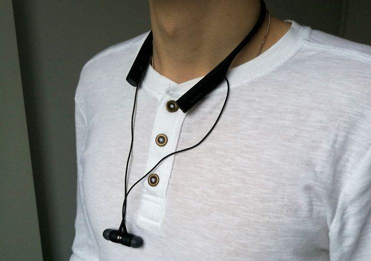 Kuulokkeet kiinnittyvät toisiinsa magneeteilla, joten johdot eivät pääse sotkeutumaan.