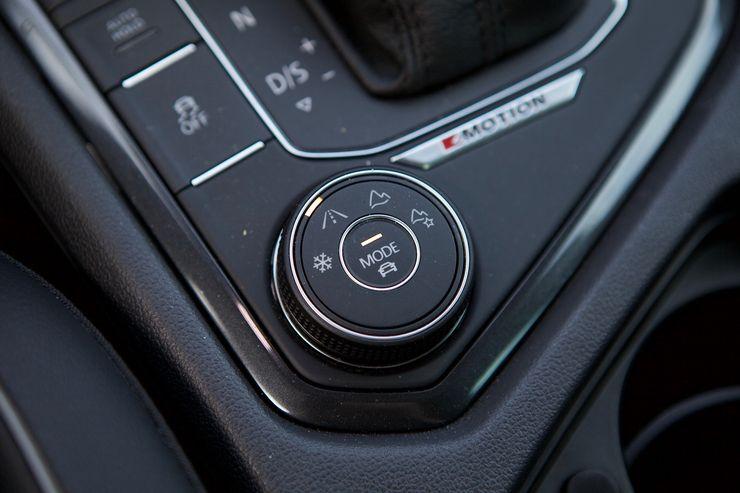 Keskikonsolin kiertokytkimellä valitaan hallitseva ajo-olosuhde, minkä lisäksi Mode-painikkeesta pääsee säätämään ominaisuuksia