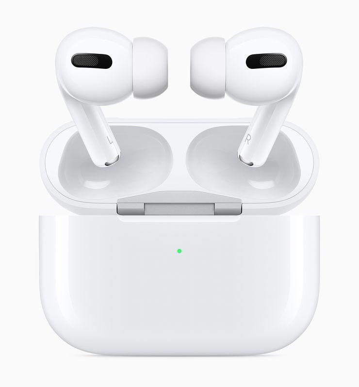AirPods Pro -kuulokkeet ja niiden latauskotelo.