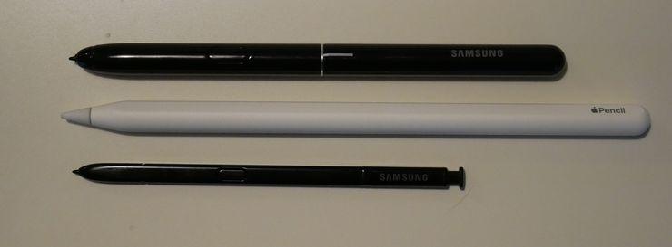 Ylhäältä alas: Galaxy Tab S4:n mukana toimitettava S Pen, 2. sukupolven Apple Pencil ja Galaxy Note9:n S Pen.