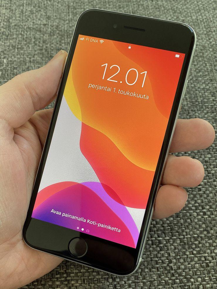 Etupuoleltaan iPhone SE ei juuri eroa edes iPhone 6:sta, joka tuli markkinoille syksyllä 2014. Muotoilua voi sanoa klassiseksi mutta toki samalla suuria reunuksia ajastaan jälkeenjääneiksi.