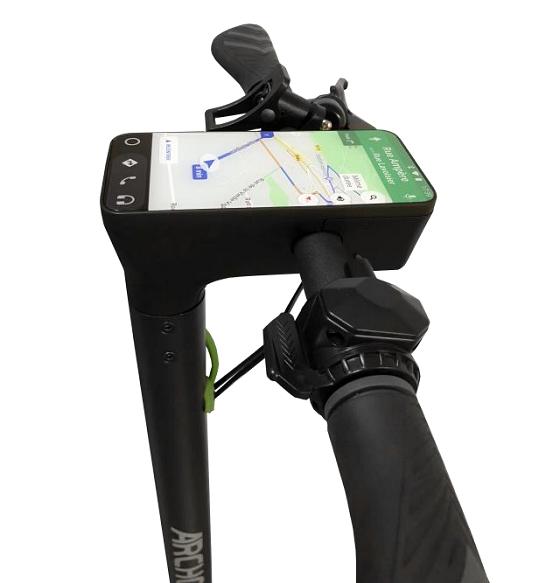 … mutta sisältää ohjaustangossaan integroidun Android-puhelimen.