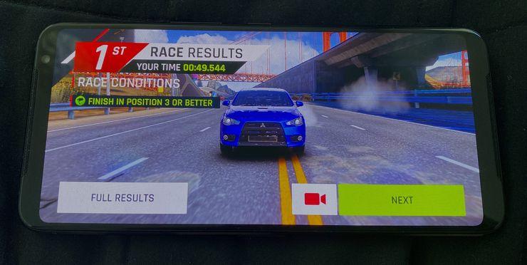 ROG Phone 3:lla pelaaminen on sujuvaa.