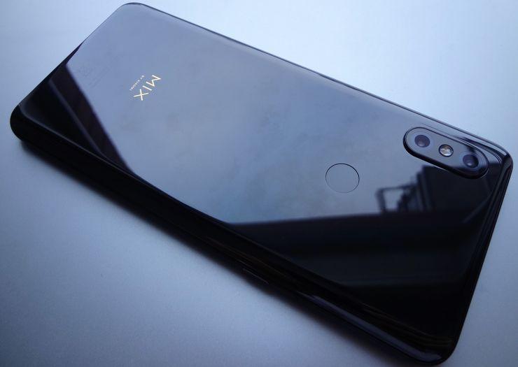 Xiaomi Mi MIX 3:n takapinta heijastaa valoa miellyttävästi.