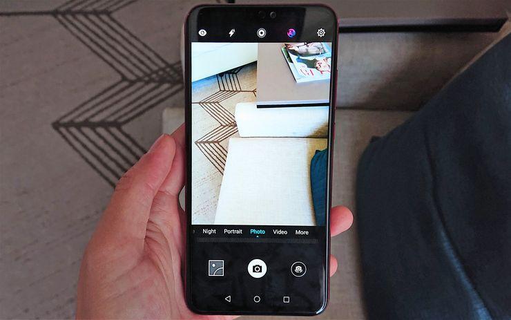 Tekoälyominaisuudet saa kamerassa aktivoitua ruudun yläosasta löytyvällä AI-painikkeella.