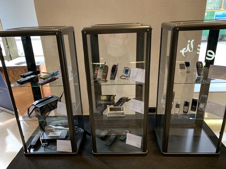 Elisa esittelee matkapuhelinhistoriaa Elisa Kulman näyttelyssä.