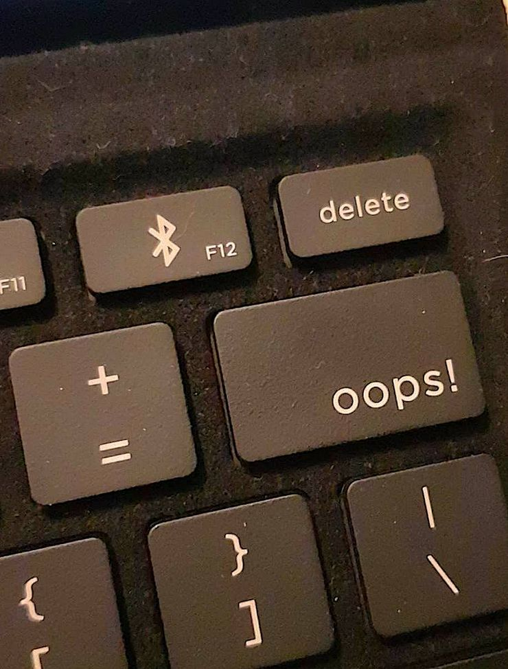 Eve V:n näppäimistössä huomiota kiinnittää hauska oops!-askelpalautinnäppäin.