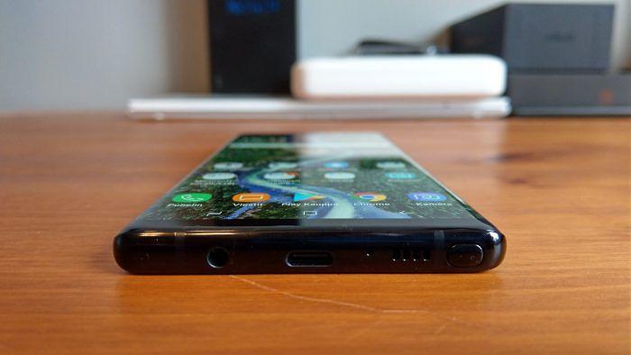 Galaxy Note8:n alalaidassa on kynän ja kaiuttimen lisäksi USB-C-liitin sekä 3,5 millimetrin kuulokeliitin.