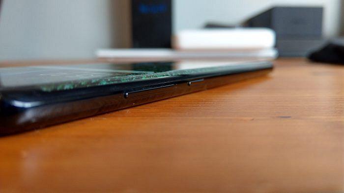 Vasemmassa laidassa sijaitsevat äänenvoimakkuusnäppäimet ja Bixby-näppäin.