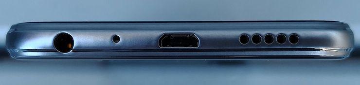 Honor 9 Lite on varustettu vanhemmalla Micro-USB-liitännällä. Lisäksi pohjasta löytyy myös perinteinen kuulokeliitäntä.
