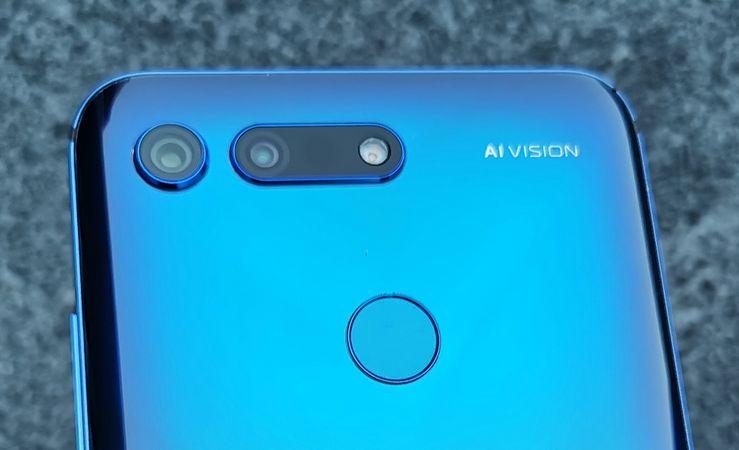 Honor View20:ssä yhdistyvät takana 48 megapikselin pääkamera ja 3D ToF -kamera. Myös takaa löytyvä sormenjälkilukija on nopea ja varmatoiminen.