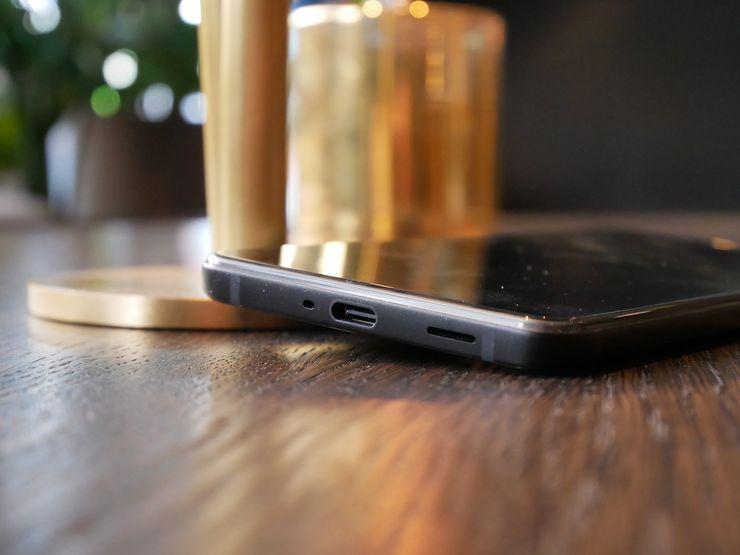 HTC U12+:ssa ei ole 3,5 millimetrin kuulokeliitäntää – niin kuin ei ollut sen edeltäjissäkään. Tällä kertaa HTC ei valitettavasti sisällytä myyntipakkaukseen USB-C – 3,5mm -adapteria.
