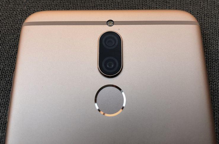 Takana on 16 + 2 megapikselin kaksoiskamera ja yhden LEDin kuvausvalo. Sormenjälkilukija sijaitsee heti kameroiden alapuolella.