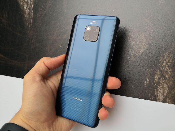 Mate 20 Pron sinisessä värissä on erityisviimeistely. Kolmiulotteinen mikroviivakuviointi parantaa myös hieman pinnan tarjoamaa pitoa eikä sininen Mate 20 Pro ole yhtä liukas kuin muut värit.