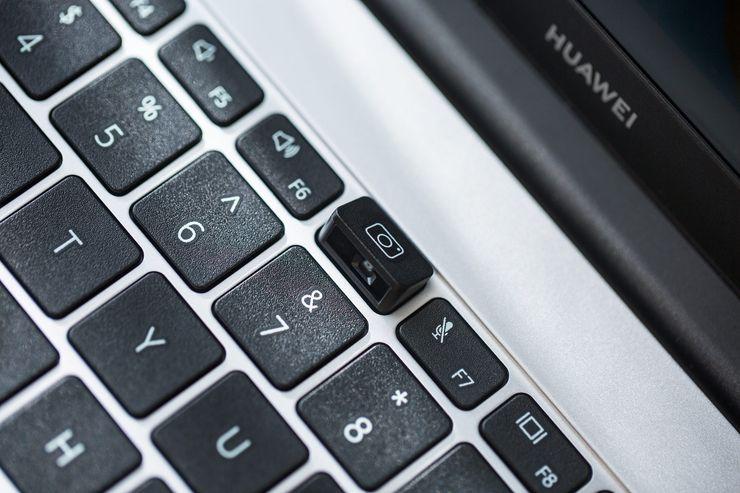 Web-kamera on helppo avata tarvittaessa esiin näppäintä painamalla.