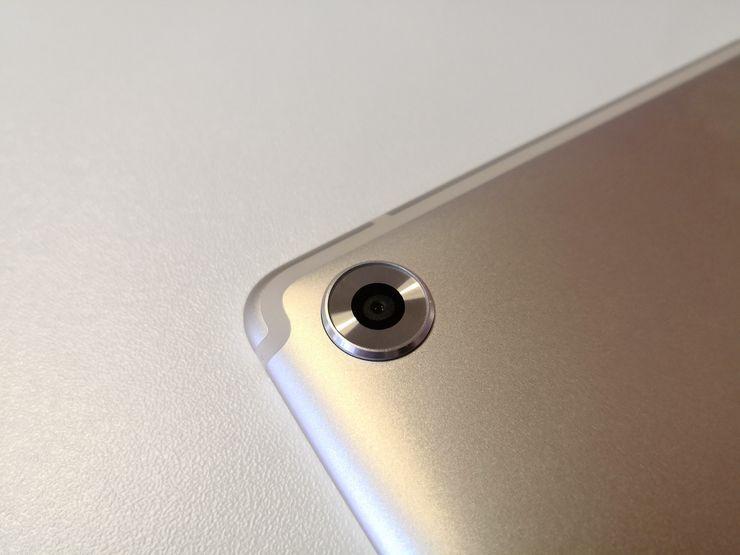 MediaPad M5:t sisältävät kookkaasti reunustetun kameran, mutta eivät LED-kuvausvaloa.
