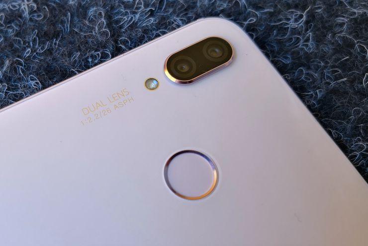 P20 Litestä löytyy takaa hieman muusta takapinnasta kohoava takakamera sekä sormenjälkilukija.