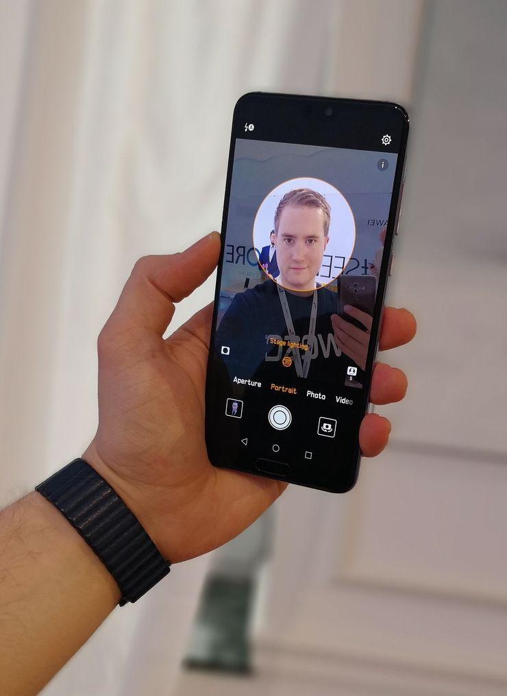 P20:ssä ja P20 Prossa on 24 megapikselin etukamera. Kamerasovelluksesta löytyvät myös Applea matkivat keinotekoiset valoefektit.