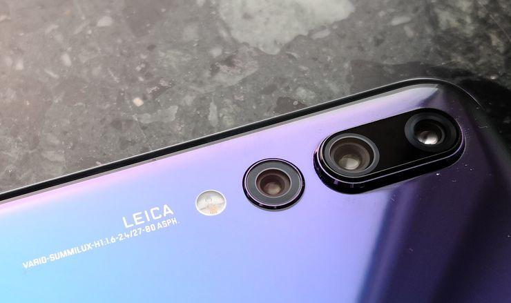 Huawei P20 Pron kolmesta takakamerasta korotetulla alueella sijaitsevat 40 megapikselin pääkamera sekä 8 megapikselin telelinssikamera. 20 megapikselin monokromikamera on näiden vieressä erillään, koska se on mahdollista toteuttaa ohuemmin.