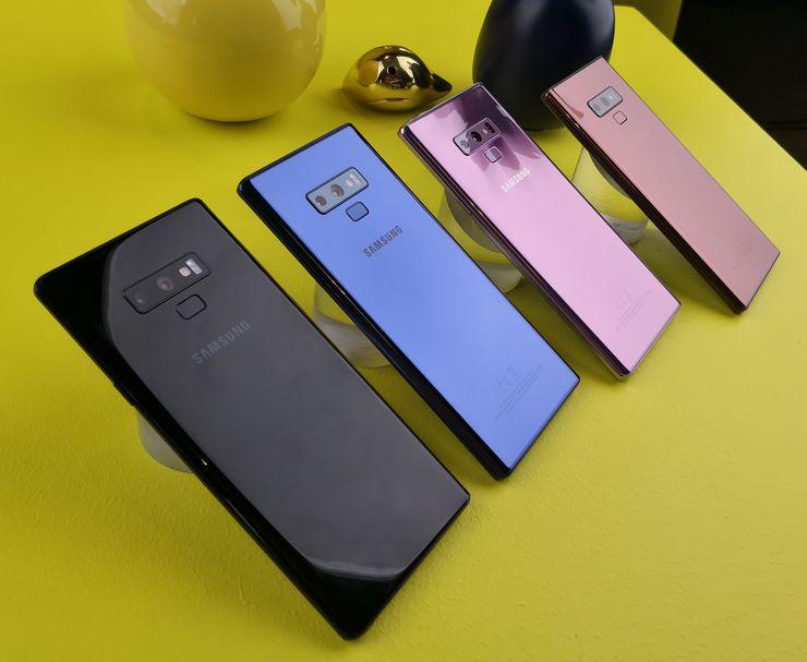 Suomessa Galaxy Note9 saapuu myyntiin vain etualalla näkyvinä mustana ja sinisenä värivaihtoehtona. Muilla markkinoilla nähdään myös pinkkiä lähestyvä violetti sekä kupari.