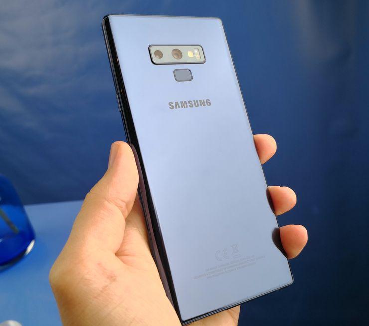 Takana yhä lasipintaisessa Galaxy Note9:ssä kaksoiskamera on asemoitu edelleen horisontaalisesti, mutta sormenjälkilukija siirretty kamera-alueen alapuolelle. Kameran rinnalla on yhä myös sykeanturi, joka on tuttu Samsung-puhelinten erikoisuus.