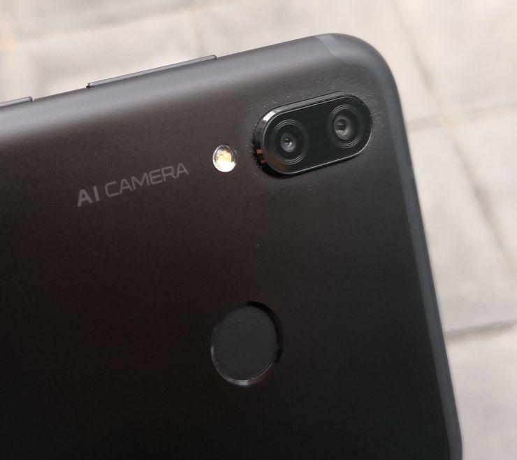 Honor Playssa on takana 16 + 2 megapikselin kamerat. Kirin 970 -järjestelmäpiirin myötä kamerassa hyödynnetään tekoälyä (AI).