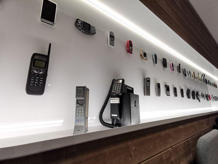 Esillä on myös vanhojen Nokia-puhelinten valikoima.