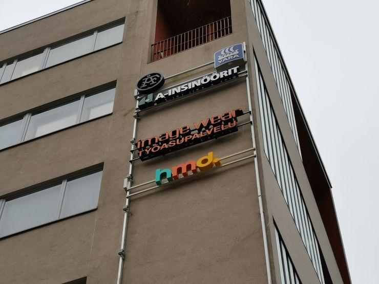 HMD Globalin logo koristaa espoolaisen toimistotalon seinää.