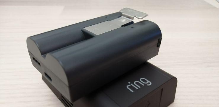 Älyovikellon akku ladataan microUSB-liitännän avulla.