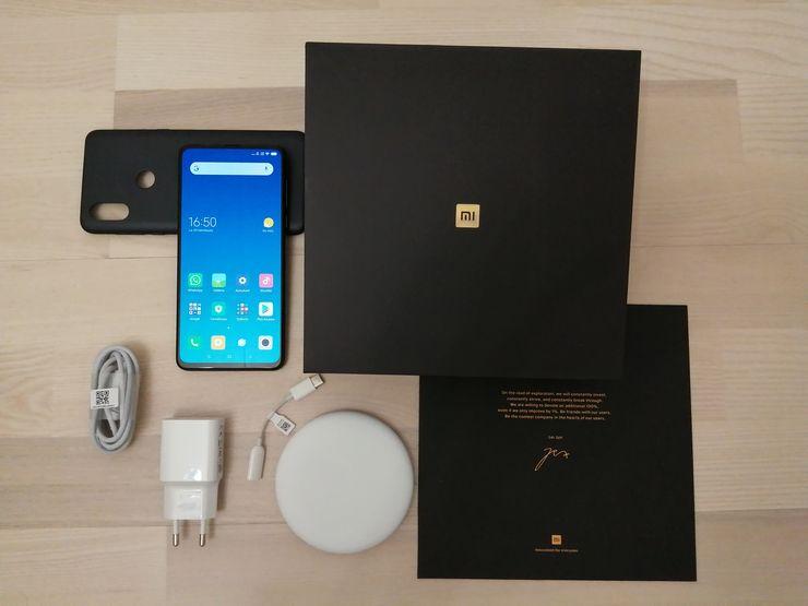 Myyntipakkaus sisältää puhelimen lisäksi muun muassa suojakuoren ja langattoman latausaseman.
