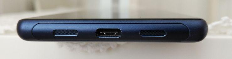 Ainokainen kaiutin on USB-C-liitännän oikealla puolella puhelimen alareunassa. Yläreunassa on myös 3,5 millimetrin kuulokeliitäntä.