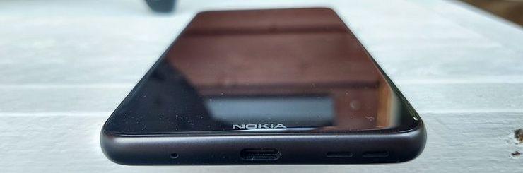 Nokia-logo koristaa alareunusta. Pohjassa ovat USB-C-liitäntä ja ainut kaiutin.