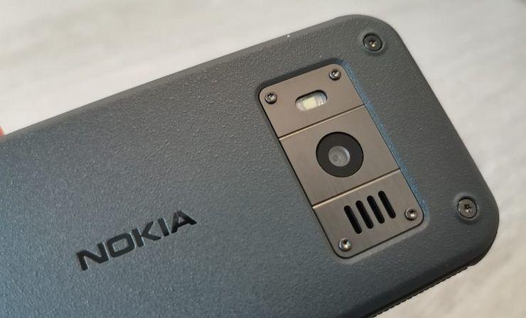 Takana on kahden megapikselin kamera LED-kuvausvalolla.