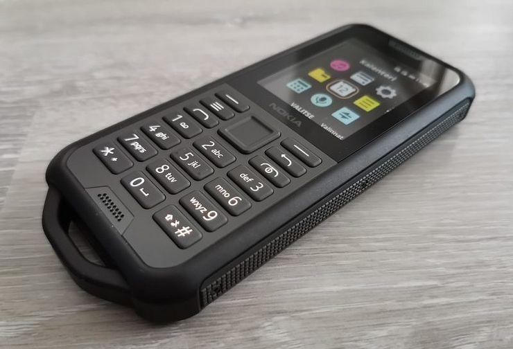 Nokia 800 Tough on rakenteeltaan kaikin puolin vakuuttava.