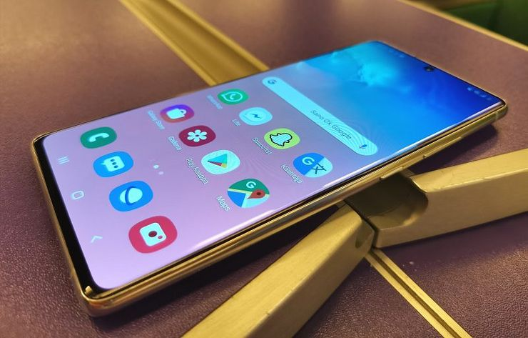 Näyttö on tuttuja Samsung-vahvuuksia, myös Galaxy S10 Litessä.