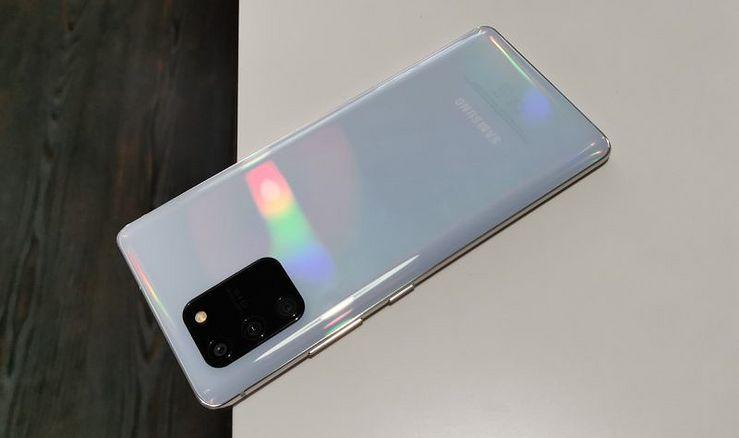 Takakuori heijastelee valoa satenkaaren väreissä.