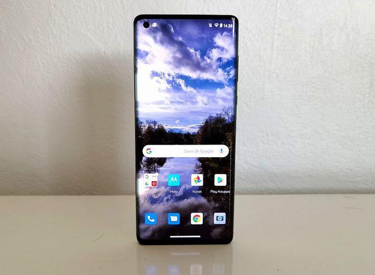 Motorola edge+ on melko paksu, joten se pysyy pystyssä ilman tukea.