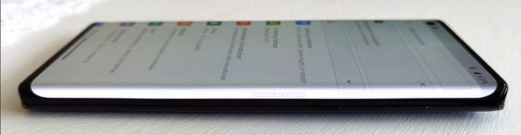 Motorola edge+:n paneeli kaartuu näyttävästi reunoille.